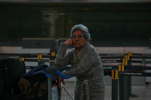 Una mujer espera novedades de su vuelos en el aeropuerto de Ezeiza. Foto: LA NACION / Graciela Calabrese