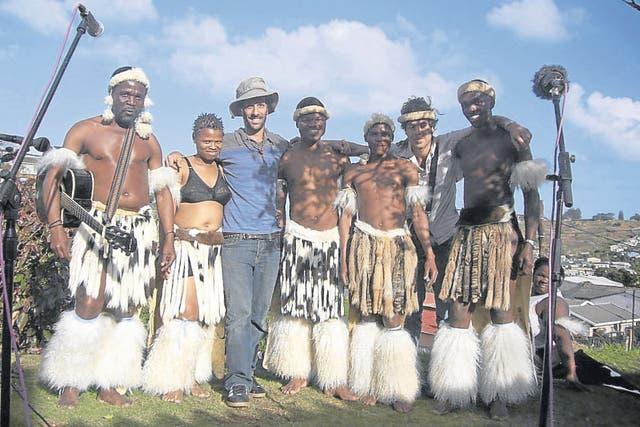 En Botswana, Africa, la antropóloga Teresa Usandivarasy el abogado Carlos Valiente Noailles registran la cultura de los bosquimanos, expulsados de sus tierras en 1982