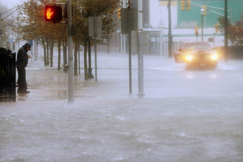 Ya hay cientos de miles de evacuados y no funcionan los transportes públicos; entre 50 y 60 millones de personas de la costa este de EE.UU. podrían verse afectadas. Foto: AFP