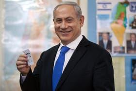 Netanyahu al momento de votar, ensaya una sonrisa