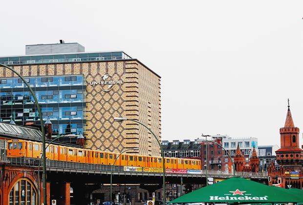 Veinte años después de la caída del muro, Berlín ya no importa. Ahora lo que cuenta son los barrios. Sus habitantes trabajan poco y pasean, van a bailar los domingos y consumen solo productos orgánicos. Crían bebés y drogas blandas en edificios reciclados.