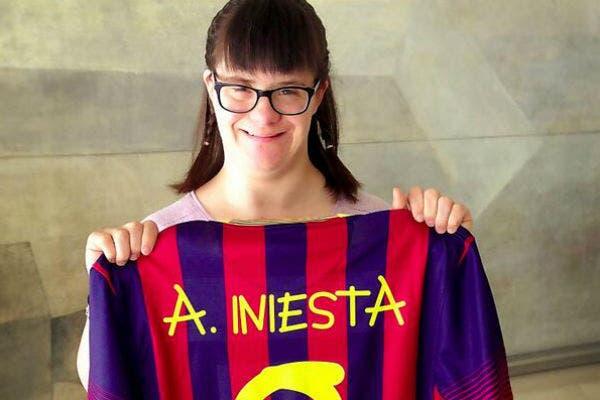 Barcelona utilizó su tipografía. Acá, con la camiseta de Iniesta, su ídolo