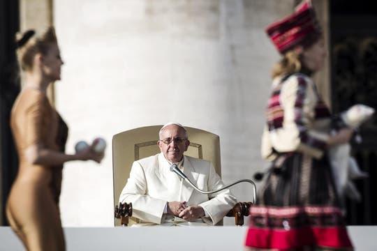 El papa Francisco observa la actuación de los artistas del circo Golden Circus durante la audiencia general semanal. Foto: EFE