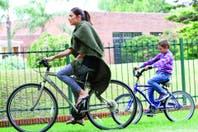 Familia rodante: en bici, Juana Viale disfruta de su mejor papel, el de mamá compinche
