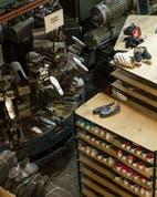 El oficio familiar de hacer zapatillas