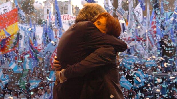El recordado abrazo entre Néstor y Cristina Kirchner ante la militancia