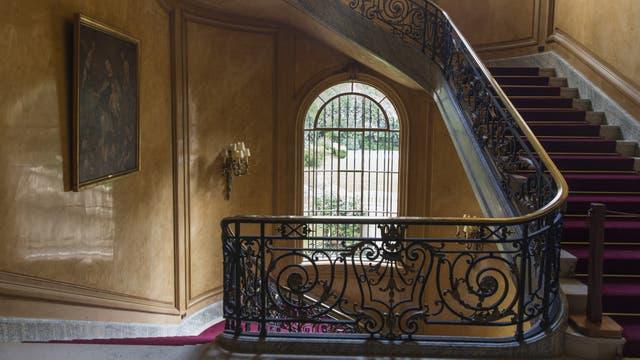 La escalera principal que recorre los cuatro pisos tiene forma de caracol; a pesar del paso del tiempo, unos cien años desde que comenzó a construirse alrededor de 1917, el lugar conserva su esencia