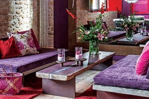 Una casa de piedra restaurada con los colores del vino
