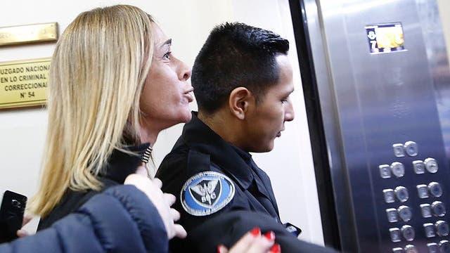 Declaró Santiago Silvoso, el principal acusado de haber dejado a Macarena Mendizabal en estado vegetativo; la madre de Macarena le grita cuando es trasladado