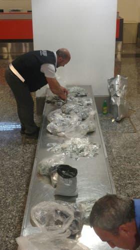 Personal de la ADUANA en el aeropuerto de Córdoba secuestró 2000 llaves de autos de alta gama, cuyo valor asciende a más de 800 mil pesos