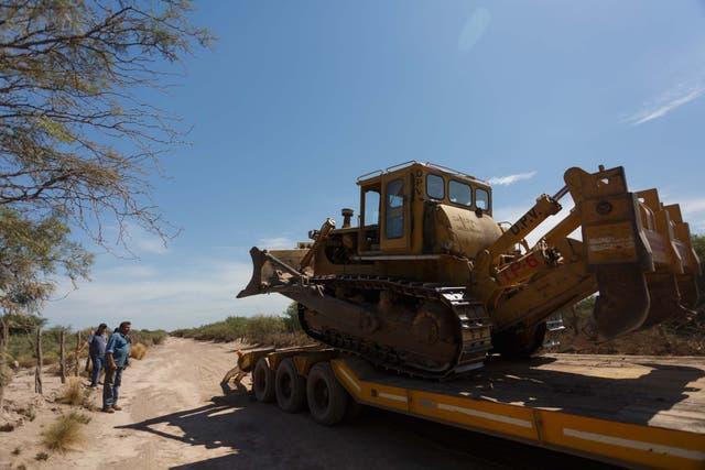 Una de las tantas máquinas que fueron movilizadas a la zona. Con ellas se desmaleza un poco el terreno para que el fuego no pueda avanzar