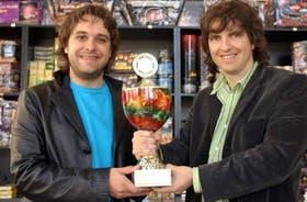 Los hermanos Sebastián y Gastón Gallo, directores de Júpiter, muestran uno de sus trofeos