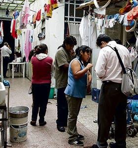 Funcionarios del gobierno de la ciudad inspeccionan un establecimiento textil en Villa Crespo