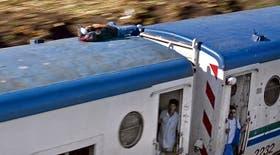 Los más osados viajan en el techo, como en el tren de la línea Belgrano Sur