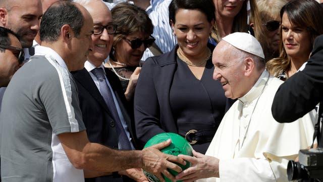 El Papa Francisco recibe la pelota de fútbol