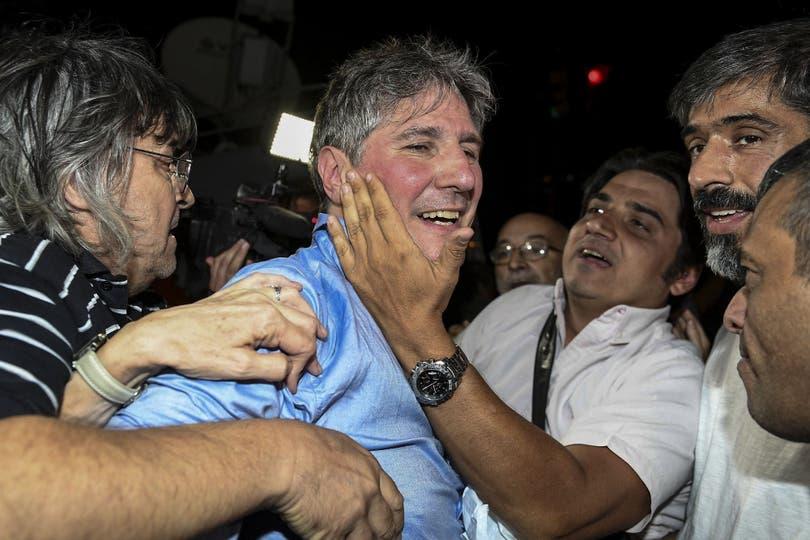 """Los camaristas Bruglia y Farah votaron por liberar al exvicepresidente en la causa por viáticos truchos; su procesamiento quedó confirmado; """"el sistema judicial está haciendo abusos"""", dijo el ex funcionario"""
