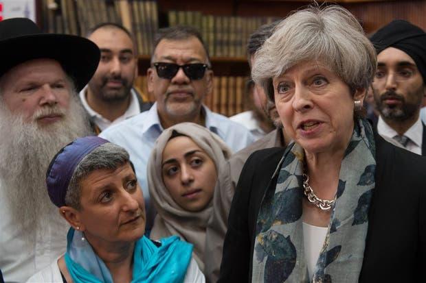 May se reunió ayer con líderes religiosos en la mezquita atacada