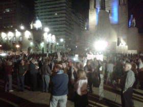 Manifestantes junto al Monumento a la Bandera en Rosario