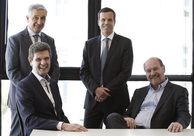 Busanello y Grobocopatel, sentados, con García y Santiago Cotter