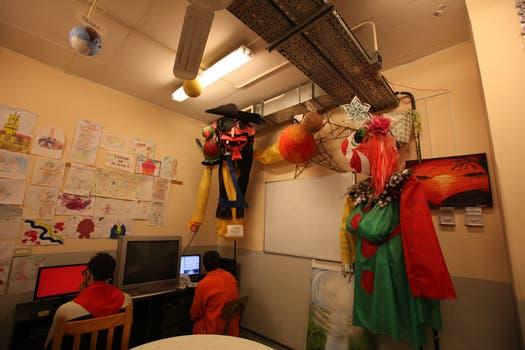 Talleres de artesanías, de circo y de música son algunas de las actividades dictadas en el Prisma. Foto: LA NACION / Guadalupe Aizaga