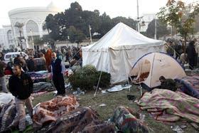 Los opositores acamparon durante la noche frente al palacio presidencial