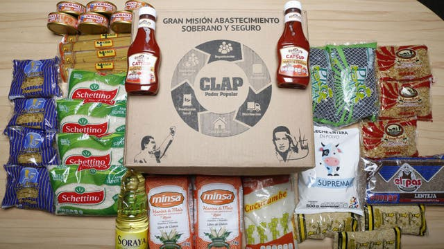 El contenido de la última caja CLAP, con las imágenes de Maduro y Chávez
