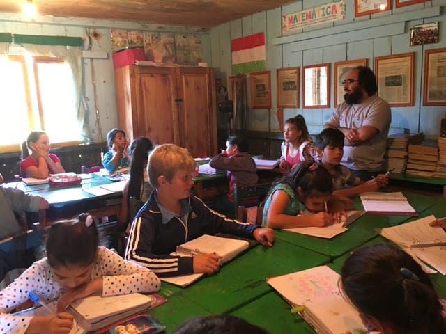 Martín Cornell y sus alumnos, en plena clase