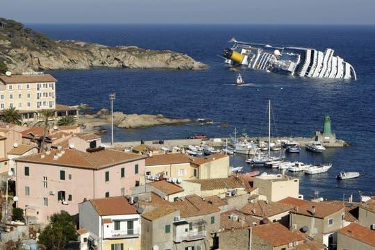 Desde la isla de Giglio se ve la enorme mole varada. Foto: Reuters