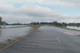 El agua cortó la autopista Santa Fe - Rosario