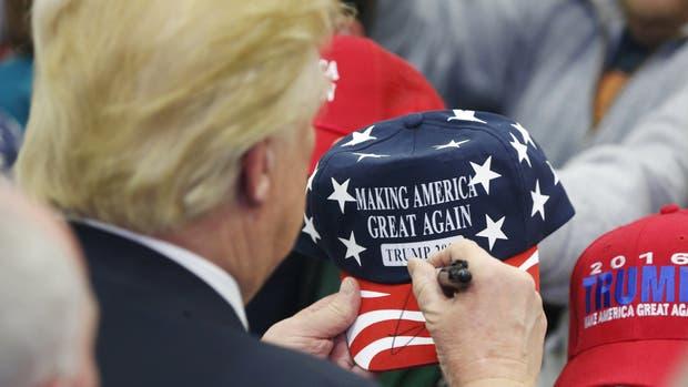Donald Trump firma gorras a sus seguidores
