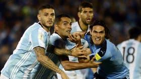 Mercado y Cavani luchan en un centro; por si acaso, Icardi sigue la jugada con atención; la Argentina se jugará la clasificación a Rusia 2018 en las próximas tres fechas