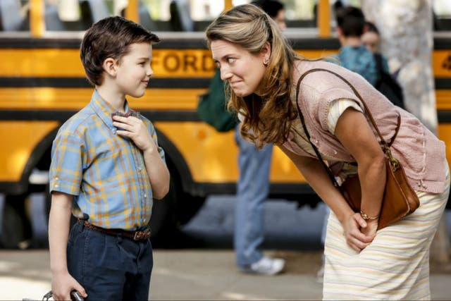 Iain Armitage y Zoe Perry en Young Sheldon