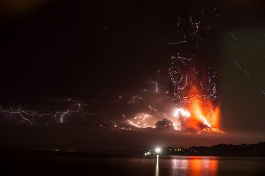 Impactante vista del Calbuco durante la noche. Foto: EFE