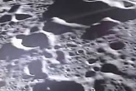 La sonda Ebb sobrevoló nuestro satélite a sólo 10 kilometros de su superficie, y captó las impactantes imágenes con su cámara MoonKAM, muy cerca del llamado crater Jackson en el hemisferio norte de su cara oculta.