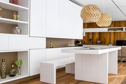Blanco y madera logran una combinación imbatible.