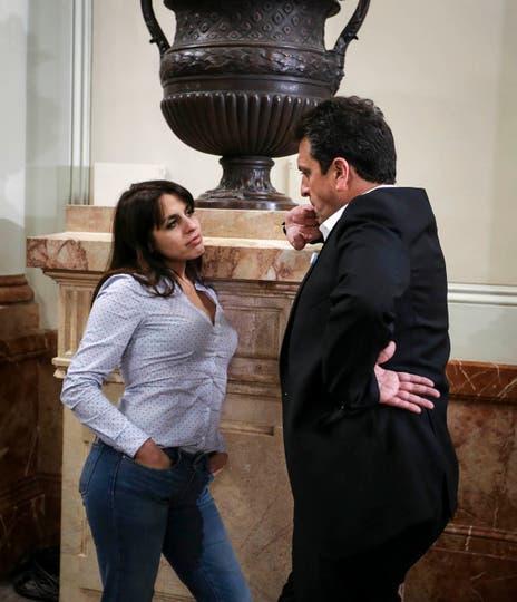 La diputada Victoria Donda y el diputado Sergio Massa conversan en el salón de los Pasos Perdidos, mientras se trata la ley Antidespidos. Buenos Aires, 18 de mayo 2016. Foto: Marcelo Capece