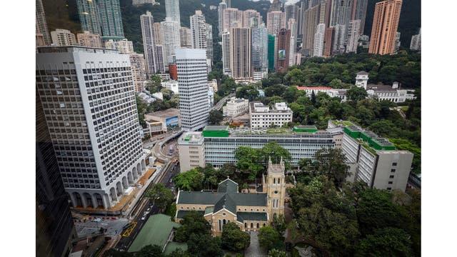 Edificios de la era colonial (desde el frente a la parte posterior), la catedral de St John, las ex Oficinas Centrales del Gobierno y la Casa de Gobierno en Hong Kong