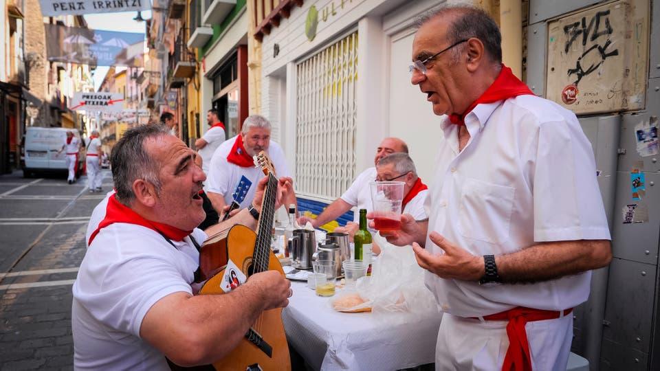 La gente canta y toca música tradicional después de almorzar en una calle durante el Festival de San Fermín. Foto: AFP / Ander Gillenea
