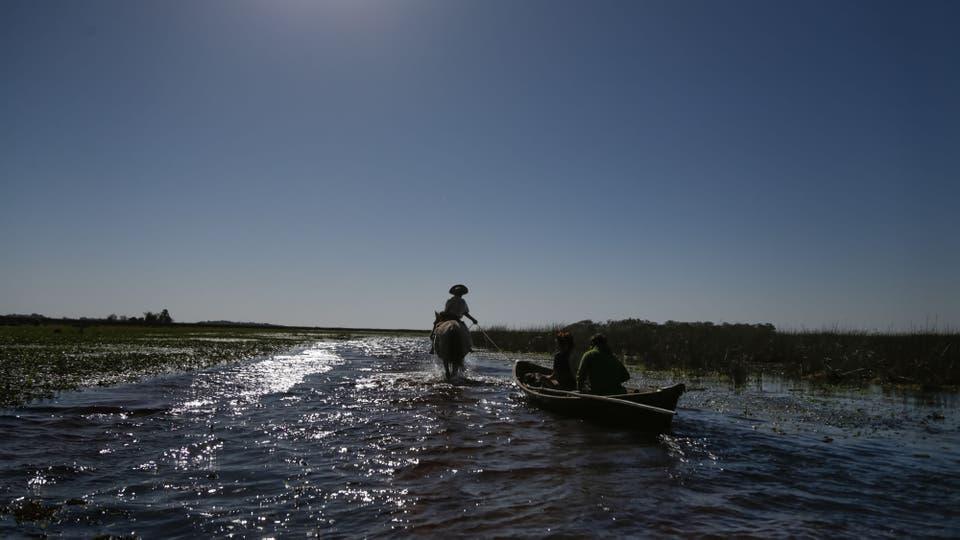 Javier tira la canoa con su caballo; trabaja con turistas y como tropero. Foto: LA NACION / Diego Lima / Enviado especial