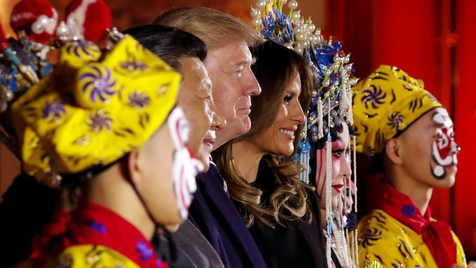 Donald Trump, la primera dama Melania y el presidente de China, Xi Jinping, posan con artistas de ópera en la Ciudad Prohibida de Pekín. Foto: Reuters / Jonathan Ernst