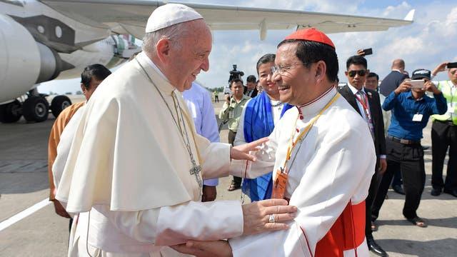 El Papa fue recibido en el aeropuerto por el cardenal Charles Maung Bo, arzobispo de Yangon