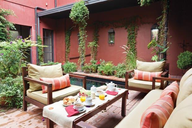 La mayoría de los muebles de Jardín Escondido son de segunda mano, recuperados con esmero por expertos artesanos..