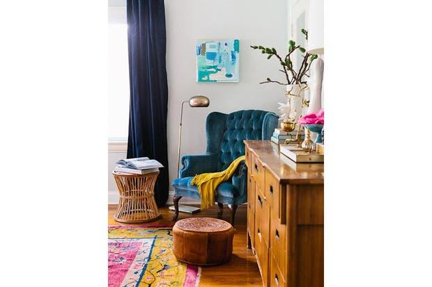 Un sillón Berguer es perfecto para un sector de relax y lectura. En este caso, el modelo con capitoné está tapizado con un maravilloso terciopelo turquesa que se destaca.  /Bhg.com