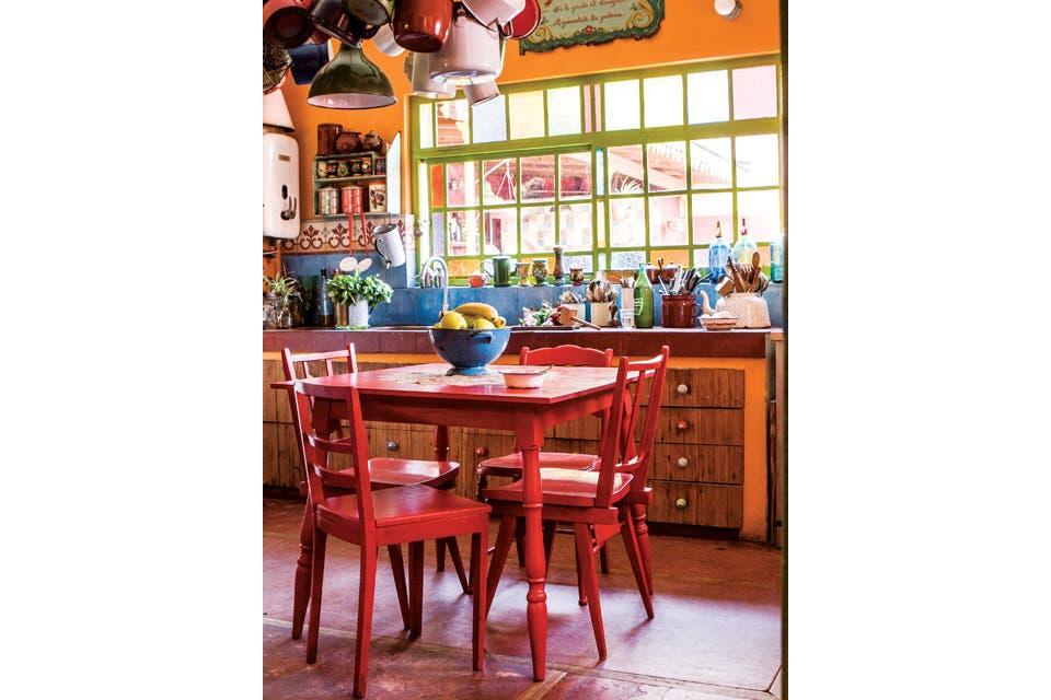 La cocina, con alzada de azulejos azules y muebles bajomesada de madera, fue diseñada por los anteriores dueños de la casa.  Foto:Living /Santiago Ciuffo