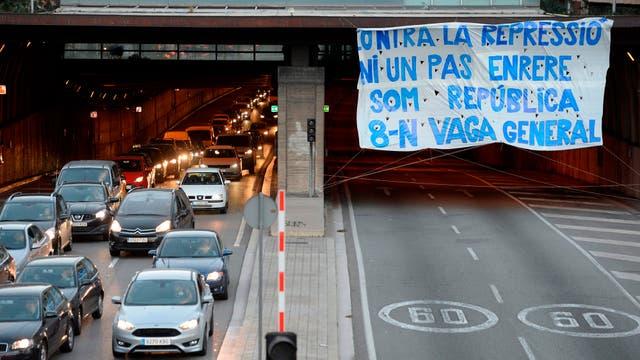 """Una pancarta gigante que dice """"No hay un paso atrás en contra de la represión. Somos la república. Huelga general"""" exhibida en Ronda del Mig en Barcelona"""