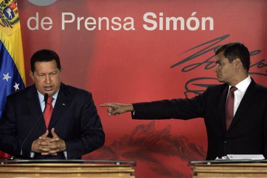 Rafael Correa y Hugo Chavez durante una conferencia de prensa en el Palacio presidencial en Caracas en marzo de 2008. Foto: Archivo