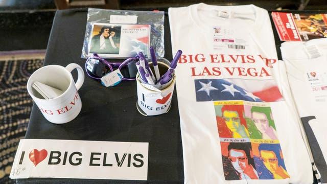 Wild Billy, un marine retirado amigo de Pete, es quien vende camisetas, discos y calcos de Big Elvis, quien tiene su propia estrella, desde febrero, en el Paseo de la Fama