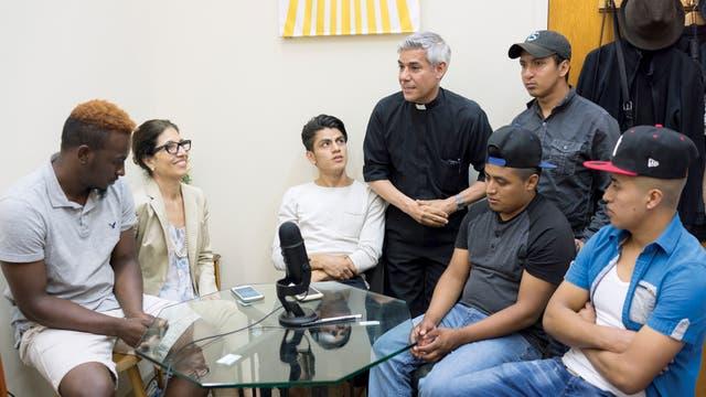 Arias, junto a jóvenes latinos menores de 21 años -que en su mayoría han sufrido abusos, abandono o descuidos en su país de origen- y una abogada que protege sus derechos
