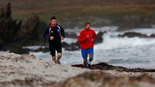 Kyle Biggs y su primo, Joshua Peck, entrenan en la Surf Beach
