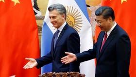 Orgulloso, Macri le mostró a su par chino un video de un gol que hizo